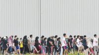 Sejumlah Warga Negara Indonesia (WNI) yang dievakuasi dari Wuhan, Hubei, China melakukan senam bersama prajurit TNI pada hari kesembilan di Hanggar Pangkalan Udara TNI AU Raden Sadjad, Ranai, Natuna, Kepulauan Riau. ANTARA FOTO/M Risyal Hidayat/hp.