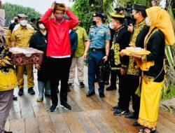 Tiba di Tana Tidung, Presiden Jokowi Disambut Prosesi Adat Tepung Tawar